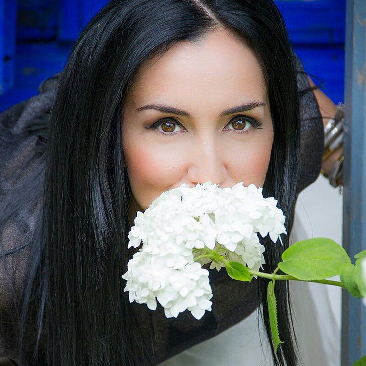 """""""Florile nu au speranta.Pentru ca speranta inseamna maine , iar florile nu poseda decat ziua de astazi.""""(Antonio Porchia)  De ce sa sper? Pentru ca exist!  De ce imi plac florile albe? Pentru ca imi spun ceva  despre curatenia sufletului! <3  http://emmazeicescu.ro/about-me/ce-floare-ai-vrea-sa-primesti/  #flori #bouledeneige #emmazeicescu"""
