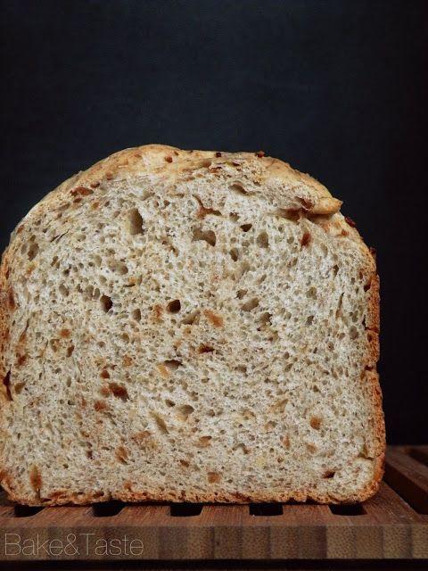 Chleb ze smażoną cebulką      400 g mąki pszennej      100 g mąki pszennej graham     1/2 szklanki mleka     1 kubek jogurtu naturalnego (250 g)     2 łyżki oleju rzepakowego      1 płaska łyżeczka soli     1 łyżeczka czosnku granulowanego     2 łyżeczki cebuli granulowanej     1 łyżeczka cukru     1 1/2 łyżeczki suszonych drożdży     50-70 g cebuli smażonej/prażonej