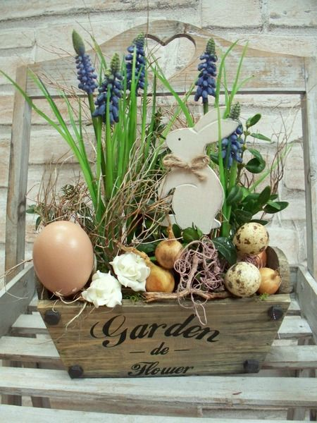 Ostergesteck in Holzgefäß,Traubenhyazinthen+Hase von ...die mit den Blumen tanzt... auf DaWanda.com