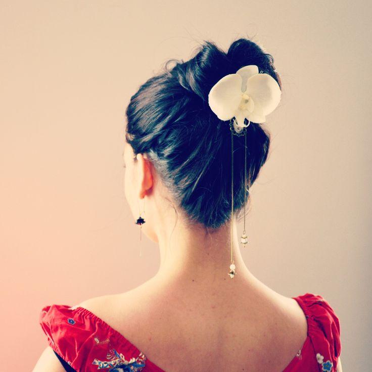 Pic à cheveux mariage orchidée blanche, et longues chaînes de perles de  cristal.