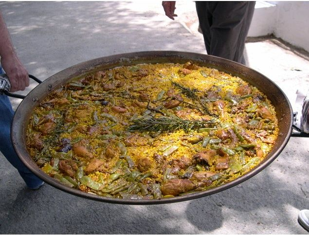I didn't know what a paella pan looked like until we got to a party that served paella dishes straight out from the pan. Now I want one for my kitchen! I am currently browsing many stores and will decide which one to get very soon.   #paellapan