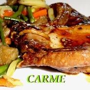 Chuletas de cerdo con soja, miel y salteado de verduras