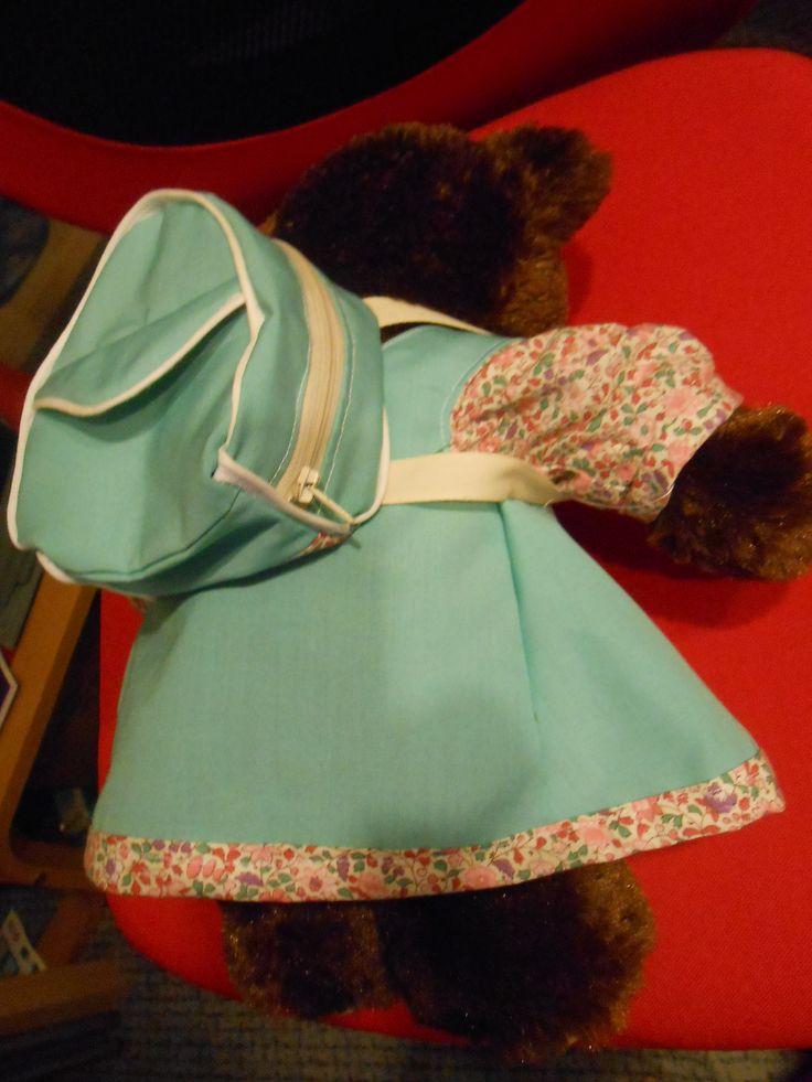 Chemisier, robe et sac à dos, vue de dos