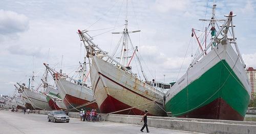 Jakarta's harbor.Makassar schooners in the old port of Sunda Kelapa.