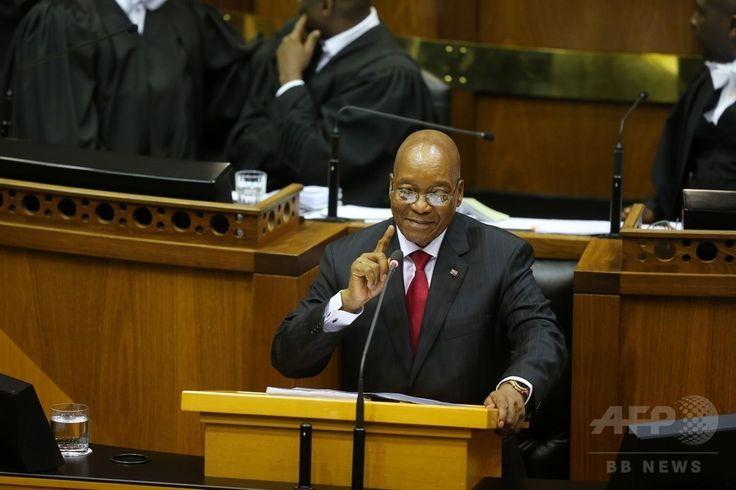 南アフリカ・ケープタウンの議会で年次演説を行うジェイコブ・ズマ大統領(2017年2月9日撮影)。(c)AFP/SUMAYA HISHAM ▼10Feb2017AFP 南ア議会で乱闘騒ぎ 大統領演説妨害の議員、警備員が強制排除 http://www.afpbb.com/articles/-/3117282 #Jacob_Zuma #雅各布_祖玛 #雅各布_祖瑪 #جاكوب_زوما #Джейкоб_Зума #ジェイコブ_ズマ #제이컵_주마