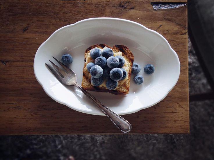 2017.8.23. Sun  #breakfast  ・  美味しいブルーベリー1キロ  半分はジャムを作る予定が  作らずに冷凍してそのまま食べてる  美味しいのはやっぱりそのままが一番美味しいのかも  もうすぐなくなる〜💧  ・  ・  最近igを全然ゆっくり見れてません  見れてないものがいっぱい💦  今日は見るぞ💪🏻✨  ・  ・  #朝ごはん #食パン#ブリオッシュ #ルシュクレクール #オープンサンド #フルーツオープンサンド #フルーツ #うつわ #器 #うつわ好き #古道具 #アンティーク #カトラリー #プレート#おうちカフェ #暮らし #yummy #bread #food #tablephoto #foodpic #foodphoto #foodphotography #IGersjp