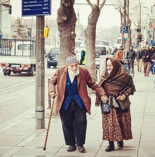 Eşini, Öyle sev ki, mutluluk Ömür boyu devam etsin.  Eşini, Allah için sev ki, mutluluk Cennet'te de devam etsin..