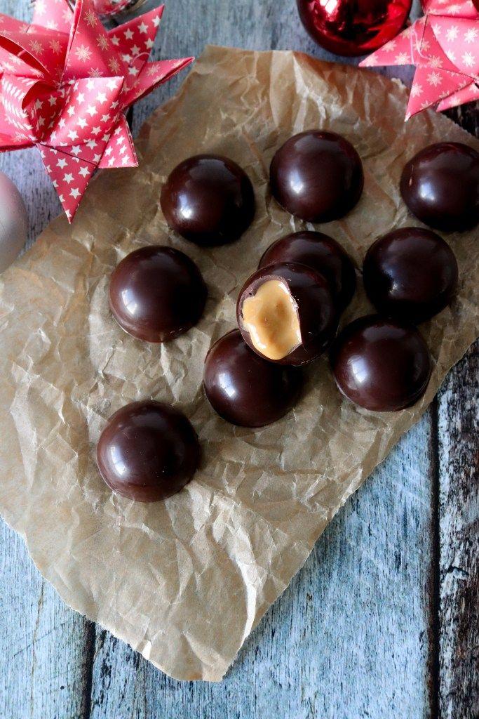 Jeg har de sidste 2 år lavet disse nemme fyldte chokolader, som kun kræver 3 ingredienser, men først nu har jeg endelig fået skrevet opskriften ned, taget billeder og filmet min dag i køkkenet!…