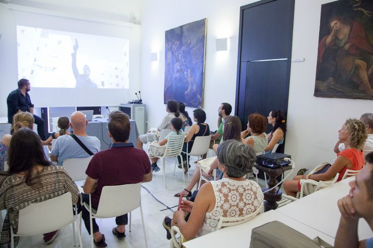 """Gervasio, de Sacromonte Films, """"explicó"""" el making-of de """"La Isla Mínima"""" y también habló de Grupo 7. """"Lo llamamos el rodaje de las 4 estaciones: empezamos a 40 grados y terminamos a -2"""", comentó el responsable sobre la realización de la primera. Los asistentes y los empleados de Triodos Bank aprendieron muchos detalles sobre dos de las gran triunfadora de los premios Goya 2015: """"La Isla Mínima""""."""
