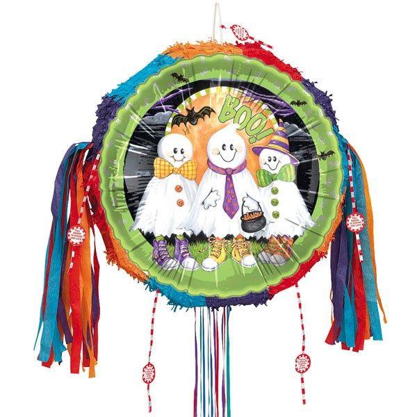 Boo Spøgelser Snoretræk Pinata. Diameter: 48 cm. Tykkelse: 11 cm. Sælges enkeltvis. Pinata er tom og bør fyldes med pinatafyld i form af småting og slik. Pinataer er også ideelle som dekorationer. Håndlavet. Pinataen har tolv trækkesnore. Kun en af trækkesnorene åbner pinataen. Uhyggelig piñata med 3 små spøgelser på. Velegnet til alle Halloweenfester og andre temafester med spøgelser, skeletter, genfærd, haunted house mv.