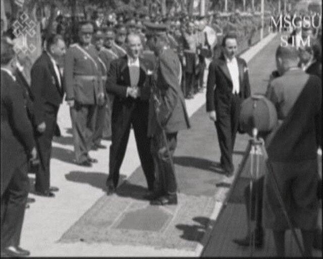 Atatürk,ziyarete gelen İran Şahını karşılıyor