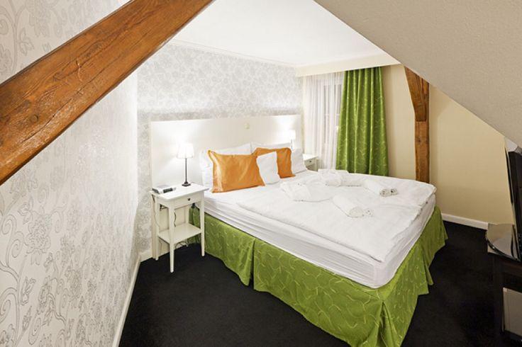 Máme rádi rozmanité barvy a věříme, že se zalíbí i Vám. Superior Double Deluxe v Pytloun Hotelu*** Liberec. #pytloun #liberec #accomodation #hotel #colorful #room #design #designhotel