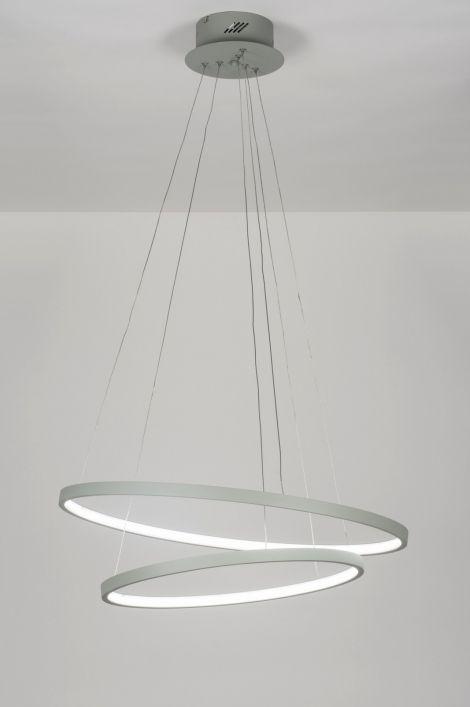 Shop nu via deze Link bij Webwinkel  ( www.rietveldlicht.nl ) [LED] Spectaculair model hanglamp voorzien van led. Deze hanglamp valt direct op door zijn schitterende vormgeving. Het mat grijze armatuur bestaat uit twee minimalistische ringen. De ringen zijn los van elkaar te verstellen, waardoor een oneindig aantal vormen mogelijk zijn. Elke ring is voorzien van ingebouwd led. De leds worden afgedekt met een kunststof ring.
