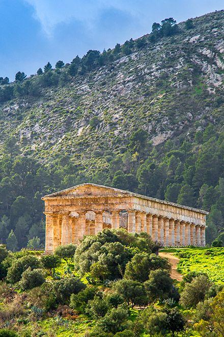 Der Tempel von Segesta - ein großartiger Anblick, aufgenommen im Januar 2013. Wer gerne fotografiert, sollte im Winter nach Sizilien fahren - dann hat man die Tempel fast für sich alleine. Hier gibt es Tipps für Ausflüge in die Antike: http://www.trip-tipp.com/sizilien/ausfluege-antike.htm