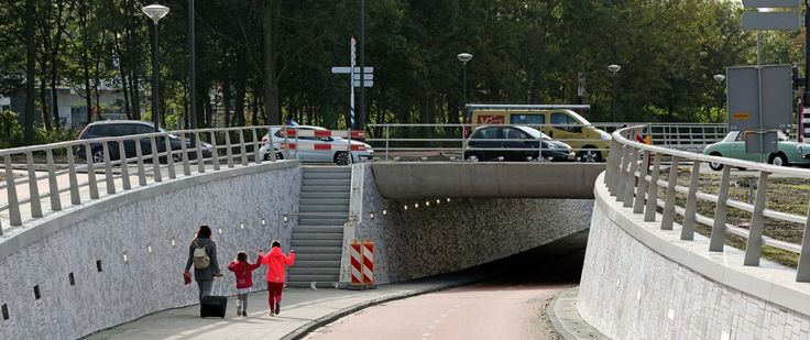 Fietstunnel Dr. Lelylaan onder Plesmanlaan door richting de Verbeekstraat  Project: Ontsluiting Bio Science Park Opdrachtgever: Heijmans  Tegelwerk: Tegels.com