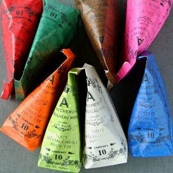 縦長の封筒は、サイドの折り目同士を合わせて折れば、三角形のパックのようになりますよ。気軽に気負わずできるナイスアイディアです。