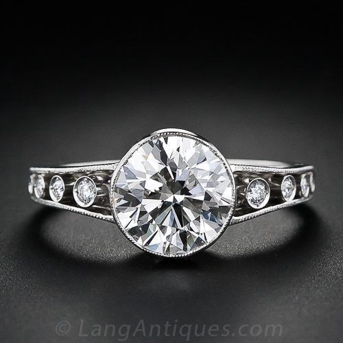 Un brillante 1,96 quilates ronda brillante corte de diamantes se establece bisel en este maravilloso anillo de compromiso de estilo eduardiano. Los diamantes se encuentran alrededor de la galería a cielo abierto, así como por los hombros abiertos tanto las terminadas con delicados detalles milgrain. Tamaño del anillo 6 1/2.
