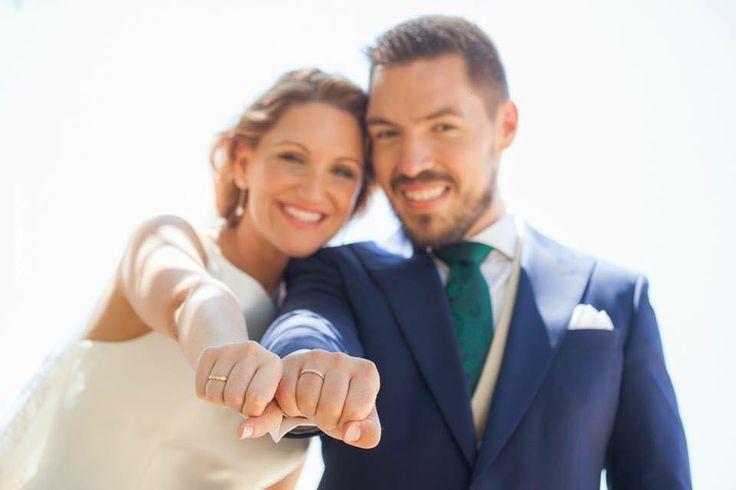 Ya sabéis cuales son las claves para escoger un buen fotógrafo para tu boda, como que la persona elegida os transmita confianza, que sea un profesional, que sepa plasmar los detalles… Esas son algunas de las cuestiones que ya os contamos y que si necesitáis recordar sólo tenéis que pinchar aquí. Pero ahora te damos algunas ideas de fotos divertidas, clásicas y no tan clásicas que no deben faltar en tu álbum. Sigue leyendo y no os perdáis nuestros consejos para unas fotografías…