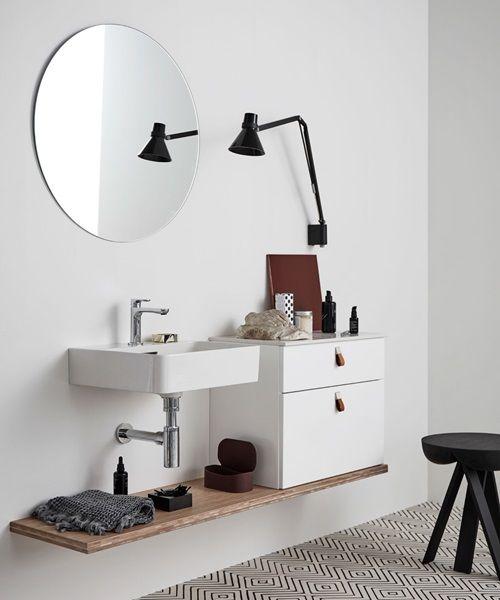 Bianco badkamerkast met aparte wasbak van mooi Saphir porselein. De exclusieve materialen zijn makkelijk schoon te maken en maken een creatieve inrichting mogelijk. Bianco badmeubel bij Kvik keukens Amsterdam. Danish Design.