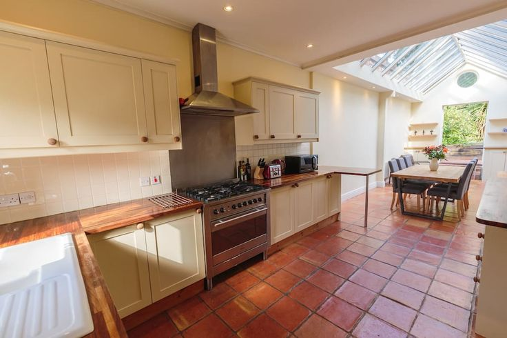 House in Norwich, United Kingdom. Waterworks House is a beautiful home with plentiful space, fabulous gardens and wonderful character. It is great for families and groups of friends. There are 4 bedrooms upstairs plus a double sofa bed in the sitting room. There's also a lovely mu...