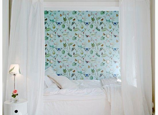 Bělostná ložnice a postel s nebesy