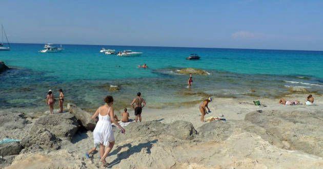 Eftertragtet. Formentera lokker med caribisk badevand og afslappet boheme-atmosfære. På land dikterer moden hvid bomuld og hør, men mange sm...