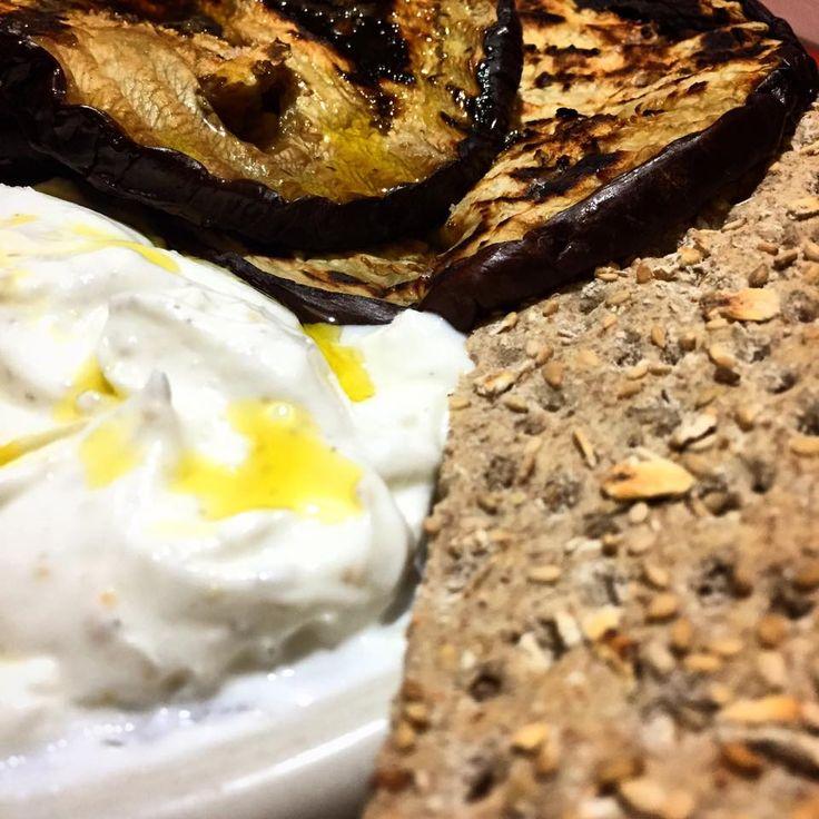 La mia cena di ieri: melanzane grigliate, crackers con semi di zucca, e yogurt greco. Il tutto condito da un filo d'olio, quello buono. Salutare, leggera e veloce.  Per chiudere con semplicità un weekend di eccessi.