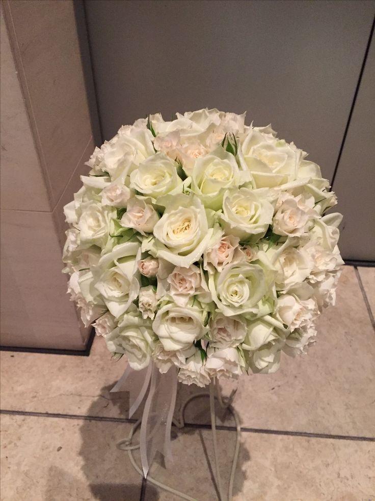 白のバラでぎゅっと詰めてというリクエスト。ラウンドブーケ。#ブーケ#ウェディング