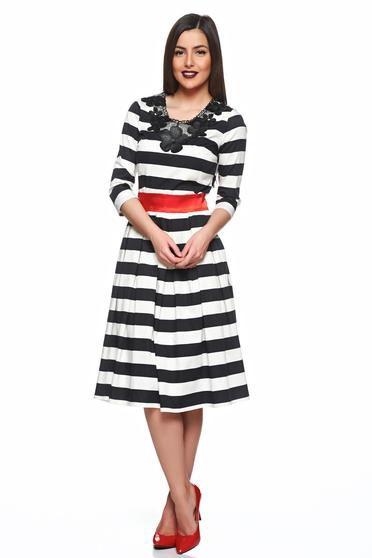 Rochie Artista Lines Black - Rochie din bumbac, evazata pana la genunchi, cu imprimeu in dungi si insertie de dantela tricotata. Materialul este usor elastic, subtire, in pliuri in partea de fusta, iar in talie este accesorizata cu un crodon satinat. Se inchide cu fermoar la spate si este o rochie casual, de zi, cu maneci 3/4.