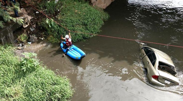 Esta mañana, un auto Ford Focus de color arena con placas de Michoacán cayó al río a la altura del Libramiento Norte; los cuerpos de emergencia arribaron rápidamente, pero no ...