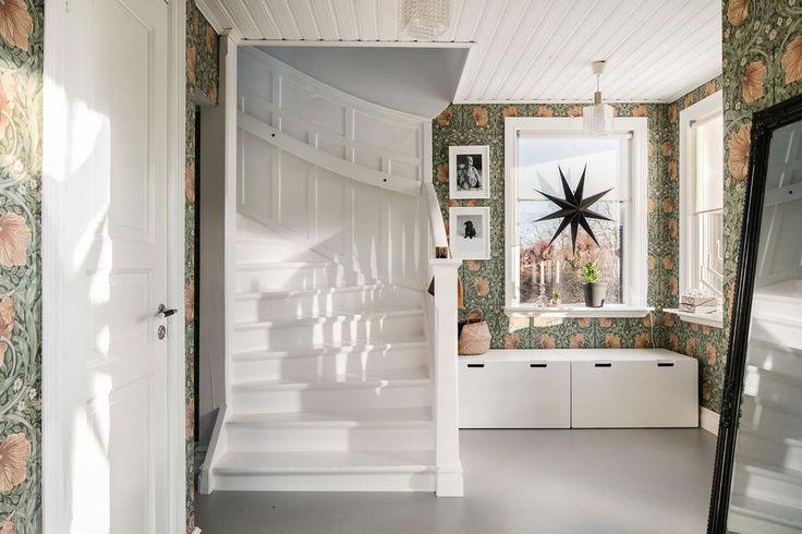 Hallen med en fin trappa upp