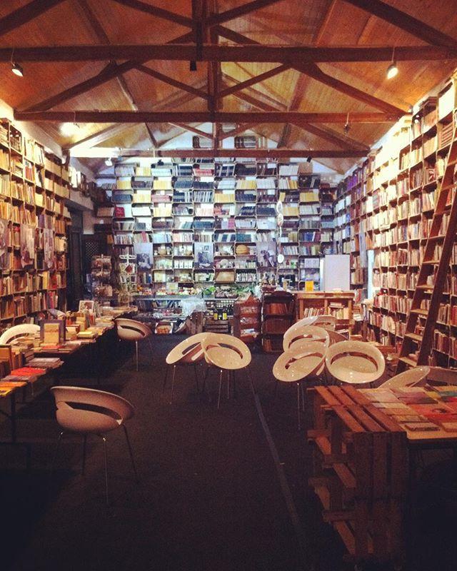 """Descobri este sítio mágico ao acaso em Óbidos, uma livraria e mercadinho biológico no mesmo espaço, inseridos no """"The Literary Man Óbidos hotel"""" #obidos #obidosportugal #theliteraryman #theliterarymanhotel"""