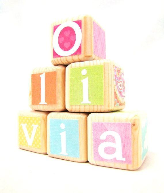 Personalisierte Spielzeug. Kinder. Baby-Dusche-Dekor. Eingerichteten Holz-Block. Kindergarten.  Pastell. Pink / Aqua / gelb. Umweltfreundliche. Pädagogisches Spielzeug. von MiaBooo auf Etsy https://www.etsy.com/de/listing/102199758/personalisierte-spielzeug-kinder-baby