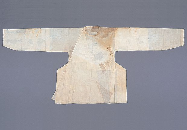 Unlined cotton Danryeong(Round Necked Official Robe), belonging to Jeong On 1481-1538. The collar was narrow and straight. The wide and straight sleeves narrow at the cuff. The outer seop (overlapping panel) protruding over the side panel, and then folded in layers. The breast tie is missing. At the Dankook University Seok Juseon Memorial Museum.