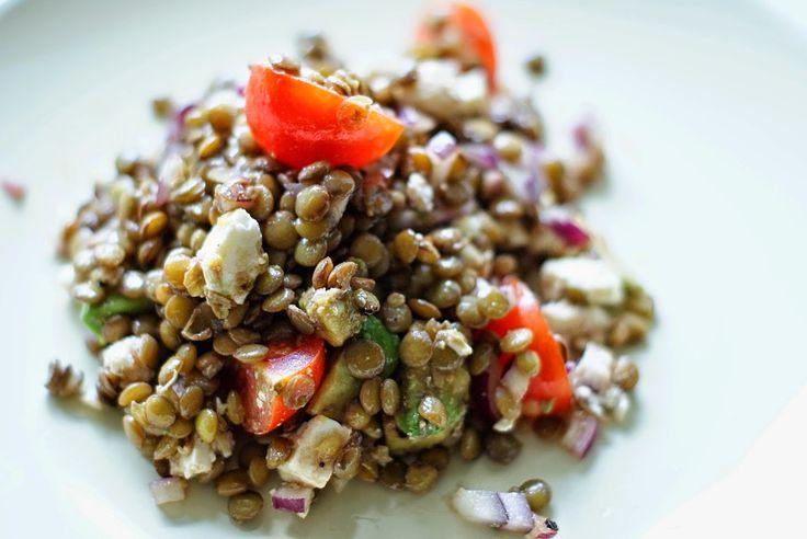 Inspirationskit for livsnydere: Skøn, kold linsesalat med feta, tomat, løg og avokado