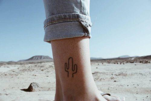 Tatuaje de un pequeño cactus situado en el tobillo derecho.