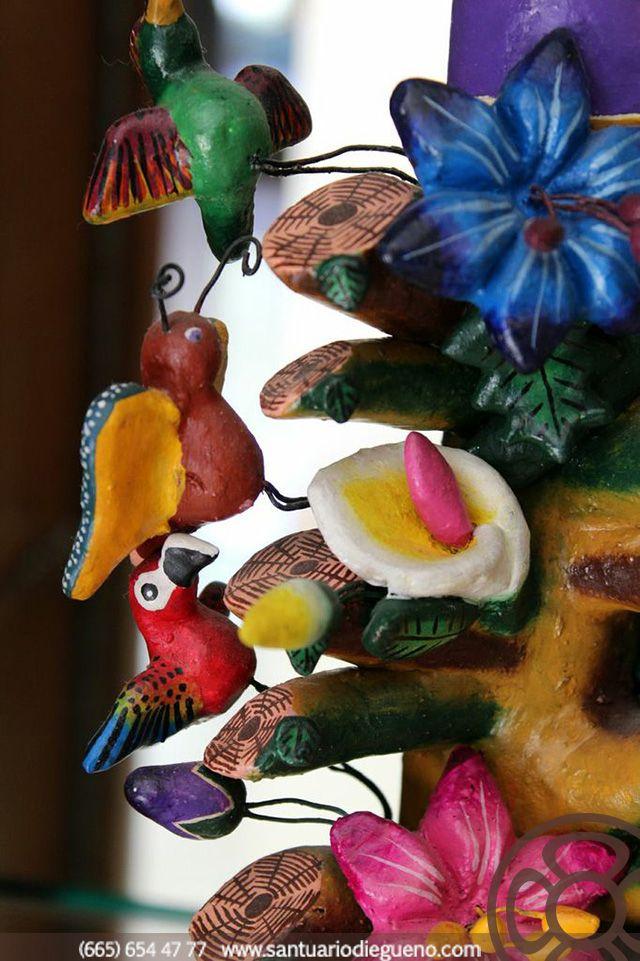 Existe la creencia de que después de la muerte el alma abandona el cuerpo en forma de pájaro y, en consecuencia, el ave es un símbolo del espíritu. Los pájaros pueden ser mediadores entre los dioses y los hombres y actúan como mensajeros de la divinidad.   Encuentra más artesanías como esta decorando los pasillos de Santuario Diegueño.