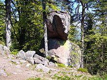 La pierre des Cordonniers a hérité son nom en raison de la ressemblance avec un «formier», l'outil utilisé par les cordonniers pour ressemeler les chaussures. C'est un socle de sept à huit mètres de longueur où repose horizontalement sur une base étroite un énorme bloc de 4,50 à 5 mètres de longueur et de 1,50 à 2 mètres de hauteur et de largeur. Haut-Rhin. Alsace
