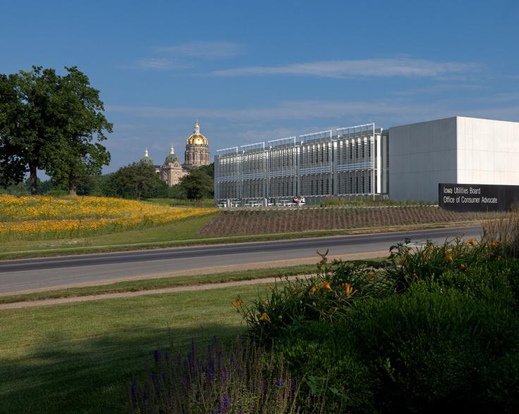 Edificio de Servicios Públicos de Iowa (IUB)   y Oficina del Defensor del Consumidor - BNIM, Iowa - El complejo se desarrolló en un terreno de 6 hectáreas de un antiguo vertedero, cuya entrada es la esquina sureste. El proyecto tiene un diseño elegante dividido en dos alas unidas por un vestíbulo central.