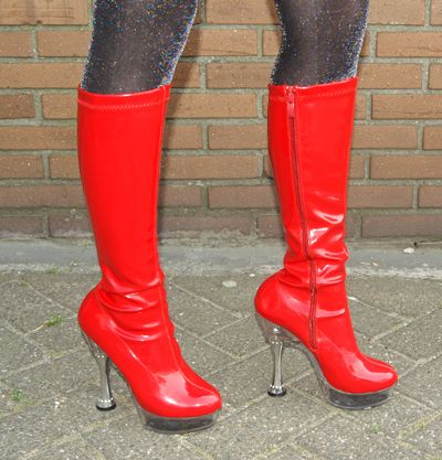 Afbeelding van http://www.eslevents.nl/kleding/sterren%20zangers/Kiss%20laarzen/Rode-laarzen_hoge-hakken-ki.jpg.