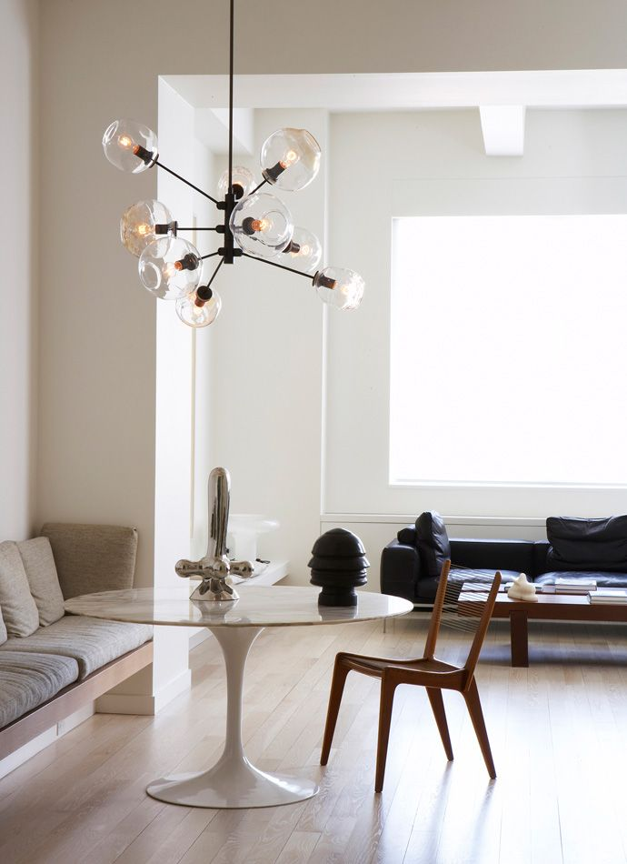 Mid-Century Modern: this light, modern and essential room is furnished with midcentury furniture. Chandelier by Lindsey Adelman. Cool and refined interior. Love it!