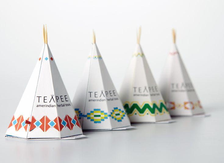 """Fonctionnalité: Ouverture facile grâce à une languette qui permet d'ouvrir par le bas sans déchirer le packaging secondaire. Mais est-ce pratique ? Communication: Packaging en accort avec la marque (thé amérindien). Jeu de mot avec la marque """"Teapee"""". Décor: Forme en tipi qui rappelle les indiens, et qui attire l'œil grâce à la forme et aux motifs. Le design du produit le rend séduisant. Structure en bois et papier recyclables mais il y a beaucoup d'emballage pour un produit jetable."""