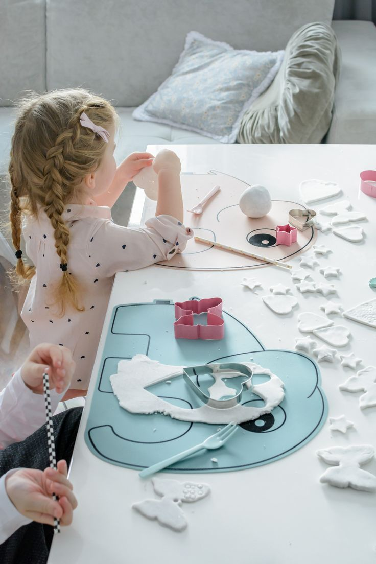 Use the Elphee placemat as underlay for little artists. It can easily be wiped clean or put in the dishwasher.