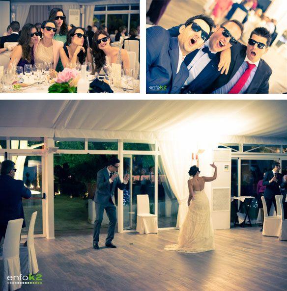 Regalo de unas gafas de sol. Nuño + Toñi, nos presentan un boda ideal. #YolanCris Un ramo de #novia precioso, unos invitados de #lujo, un #blog de #boda de lo más divertido, una entrevista en la #radio, mil #ideas y #detalles... A esta boda no le falta #estilo y derrocha mucho #talento, sentido del #humor y por supuesto #amor. ¡Nos hemos convertido en #fans de esta #pareja!