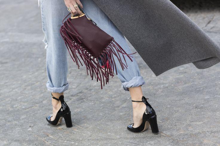 フリンジのついたバッグ&ロールアップデニムスタイル。Valentino.