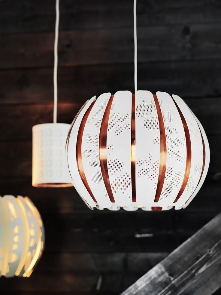 ÖVERUD καπέλο φωτιστικού. Όταν είναι αναμμένο, το σχέδιό του επιτρέπει στο φως να διαχέεται σχηματίζοντας υπέροχα σχέδια και μοτίβα στο χώρο.