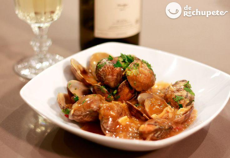 Cómo preparar almejas a la marinera. Receta de un guiso con mucho sabor a mar, el famoso plato de la cocina gallega .Preparación paso a paso, fotografía y consejos.