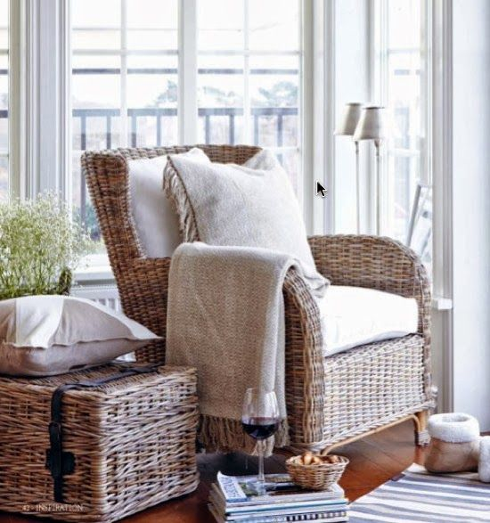 gezellig leeshoekje met koffer Harold als sidetable en een mooie fauteuil #leenbakker