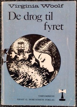 Woolf, Virginia: De drog til fyret - brukt bok. Fortellingen om en kvinne og hennes innflytelse på den gruppen mennesker som kommer i berøring med henne. Hun er fyret i deres liv, lyset som de kretser om.