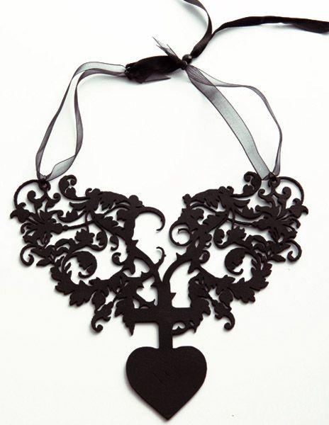 """Collana """"Milagro Negro"""" realizzata in pelle nera spessore 2 mm e tagliata a laser, Ispirata all'opera e al mood di Frida Khalo, chiusura in filo di organza"""